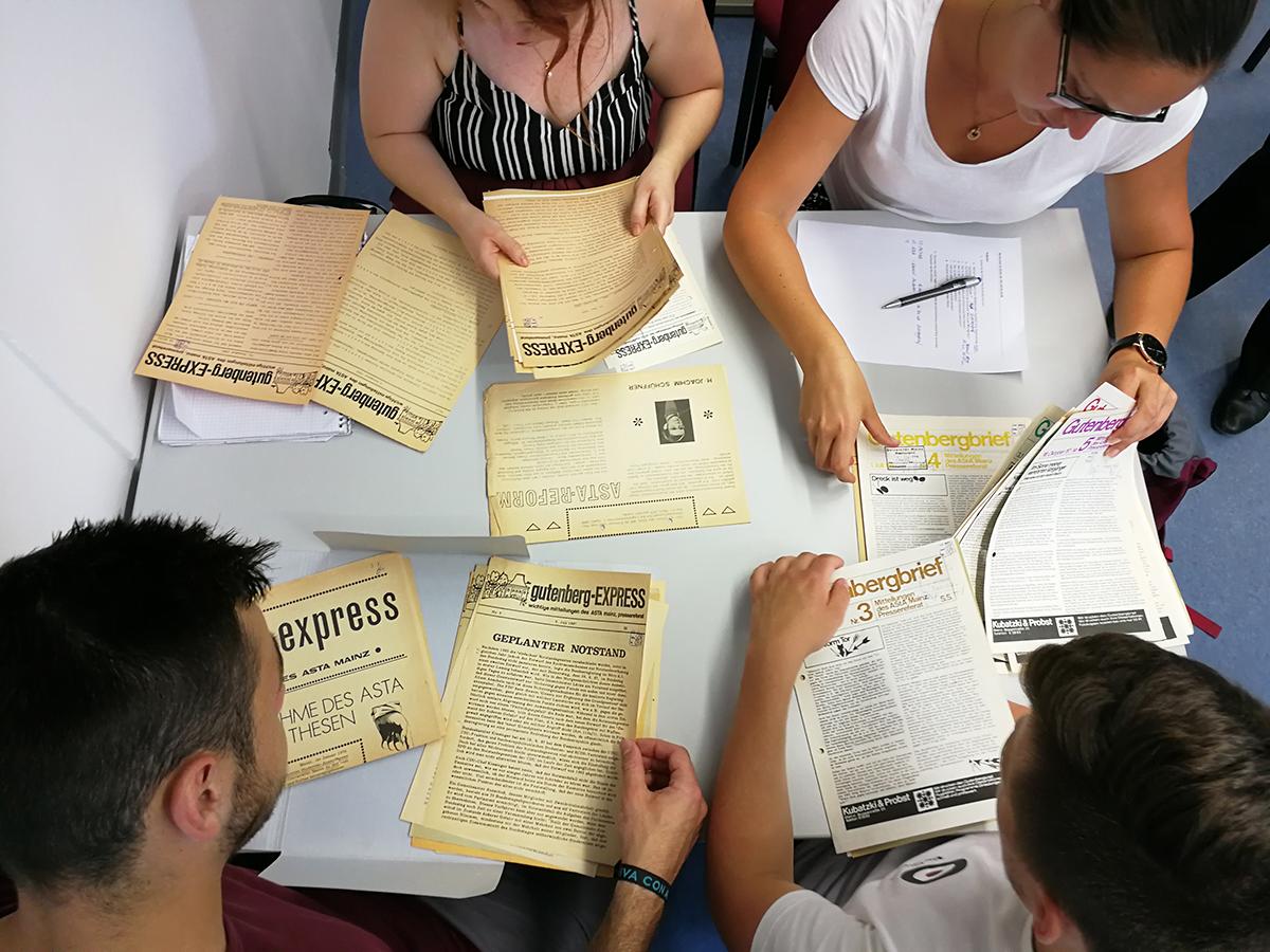Die Studierenden im Archiv der Rhein-Zeitung. Foto: Linsenmann
