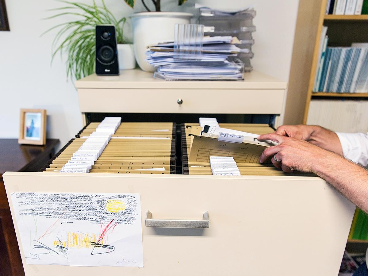 Sicher ist sicher: Hannappel hat alle seine veröffentlichten Aufsätze ausgedruckt und bewahrt sie in seinem Büro auf.