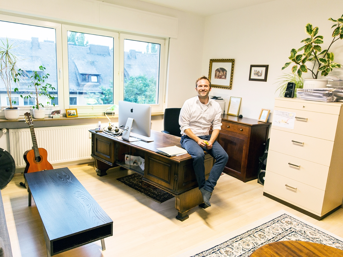 Dr. Marc Hannappel in seinem Büro: Der Soziologe arbeitet am liebsten an seinem alten Schreibtisch.