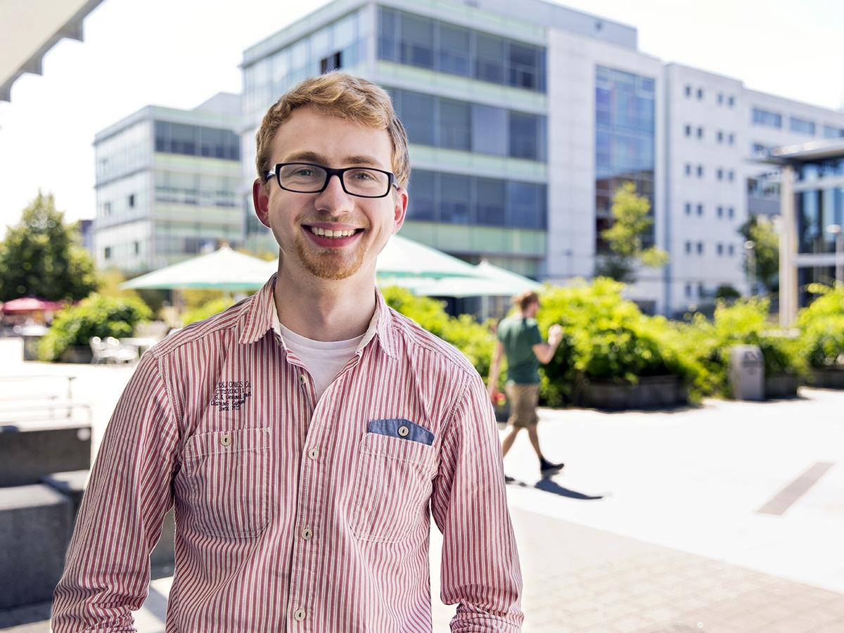 Simon Meier steht am Ende seines Bachelorstudiums der Wirtschaftsinformatik und kennt die Zusammenhänge zwischen VWL und IT. Foto: Teresa Schardt