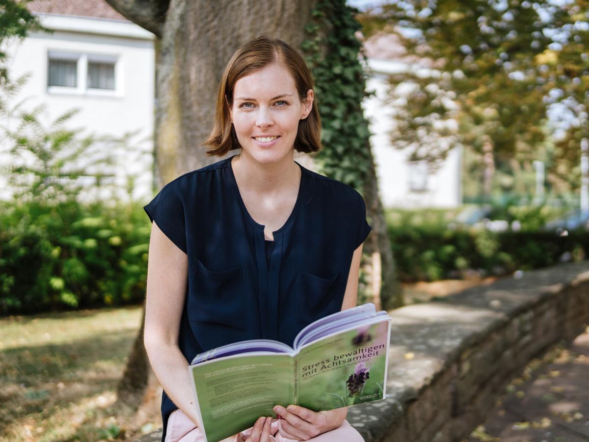 Für Christina Dahl ist Achtsamkeit ein wichtiges Werkzeuge zur Bewältigung eines stressigen Alltags. Ihr Wissen gibt die Wissenschaftliche Mitarbeiterin auch an Studenten weiter. Foto: Philipp Sittinger