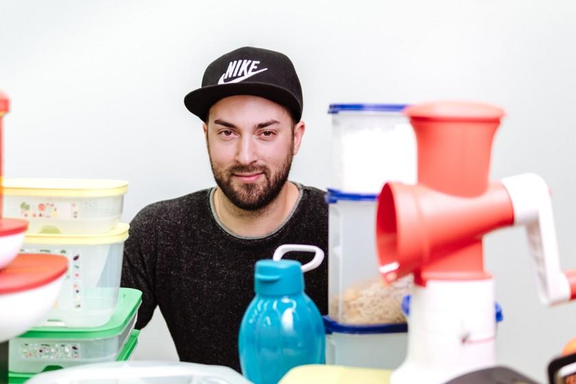 Mehrmals die Woche veranstaltet Marco Gindorf Tupper-Partys. Je mehr Produkte er verkauft, desto mehr verdient er. Foto: Philipp Sittinger