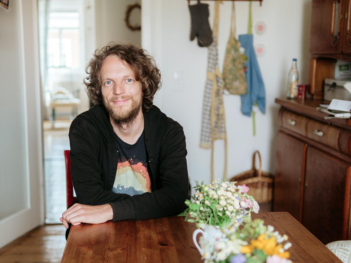 """Professor Gerhard Reese lebt mit seiner Familie in einer großen Altbauwohung. Er ist Leiter des Studiengangs """"Mensch und Umwelt"""". Fotos: Philipp Sittinger"""