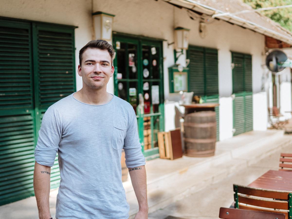 Okey Tredway III arbeitet, wo andere feiern. Der 21-Jährige hat einen Nebenjob in einem Irish Pub. Foto: Philipp Sittinger