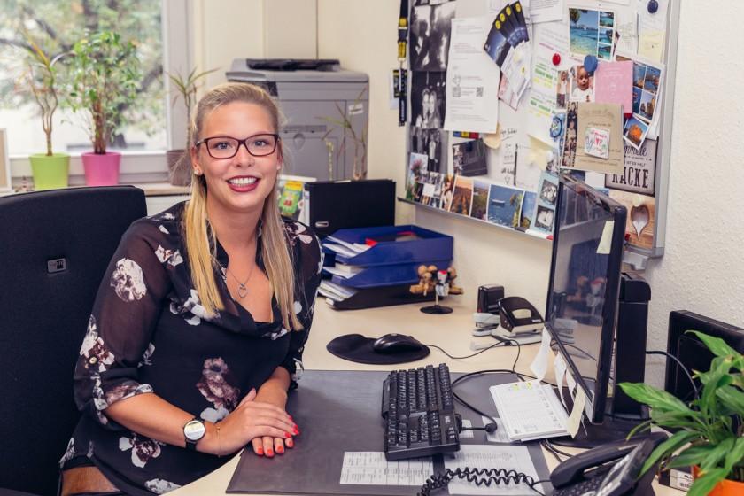 Michelle Grieshaber findet den Job beim Hochschulprüfungsamt abwechslungsreich. In ihrem Büro hängen auch viele persönliche Sachen an ihrer Pinnwand. Foto: Teresa Schardt.