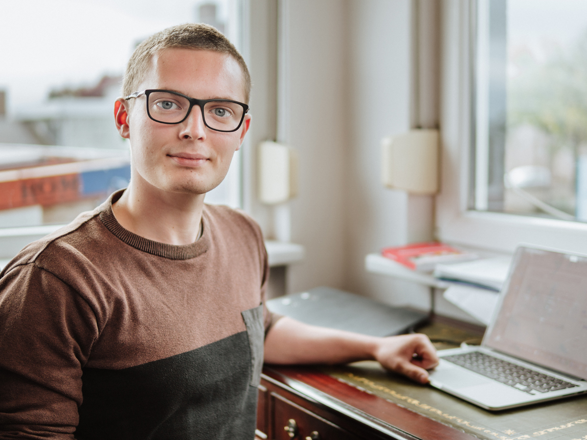 Max Schneider studiert Lehramt am Campus Landau. Neben seinem Studium arbeitet er als freier Werbetexter. Foto: Philipp Sittinger