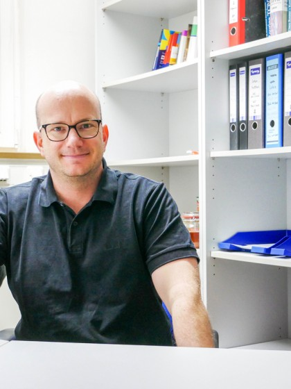Sebastian Eberz ist wissenschaftlicher Mitarbeiter am Campus Landau. Der Diplom-Informatiker setzt sich mit unerfahrenen Enterpreneuren auseinander. Foto: Jan Reutelsterz