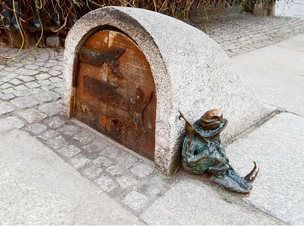 Überall in Breslau finden sich kleine Zwergfiguren. Diese bewacht die Unterwelt. Foto: Privat