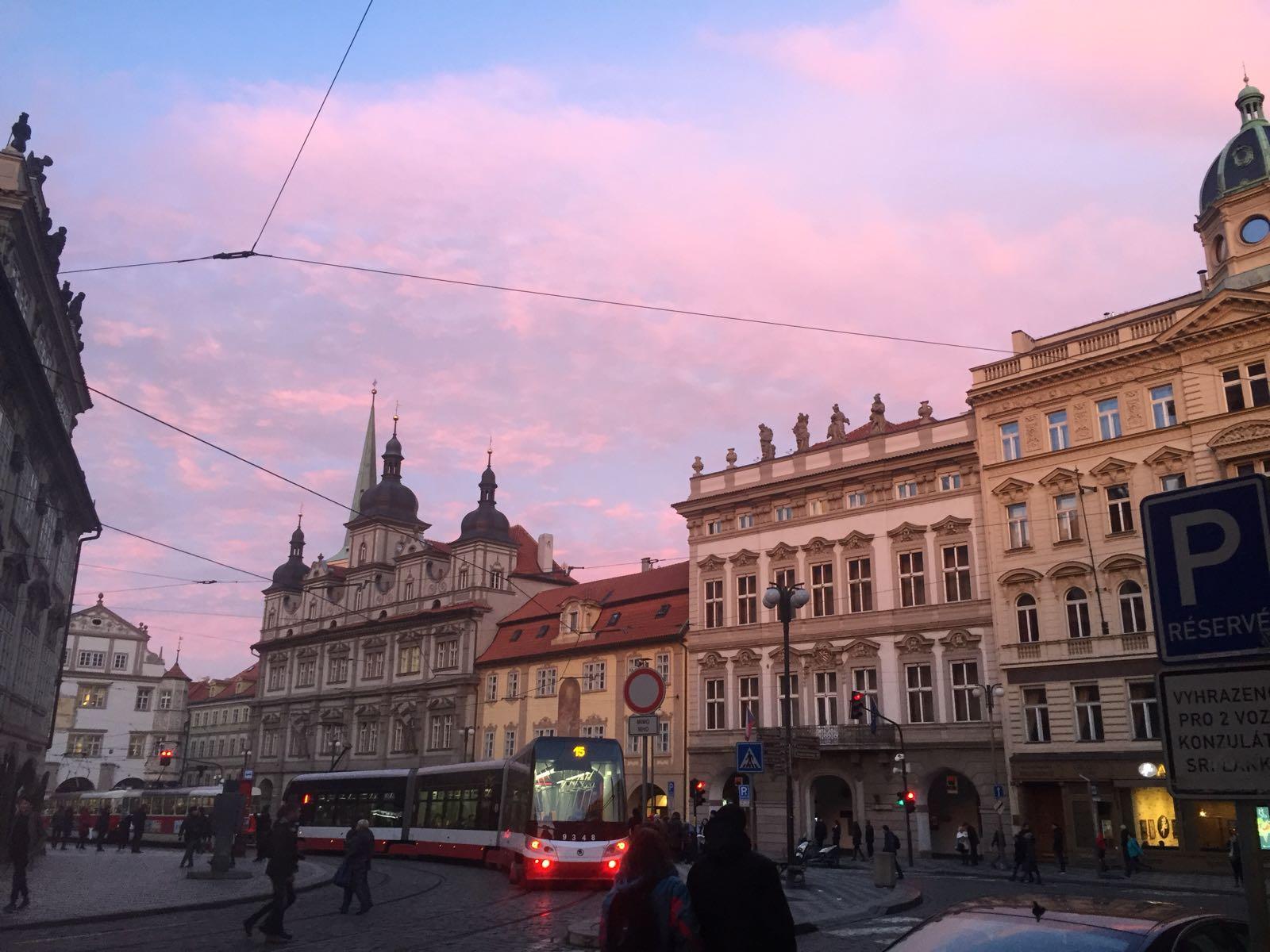 Lila Wolken: Die Prager Altstadt am späten Nachmittag.