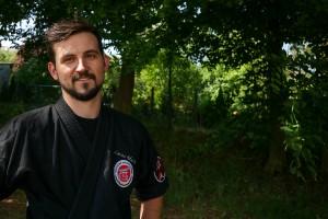Der 26-jährige Pädagogikstudent Lukas Macher ist neben dem Studium selbstständiger Kursleiter für Selbstverteidigung und Gewaltprävention. Foto: Jan Reutelsterz