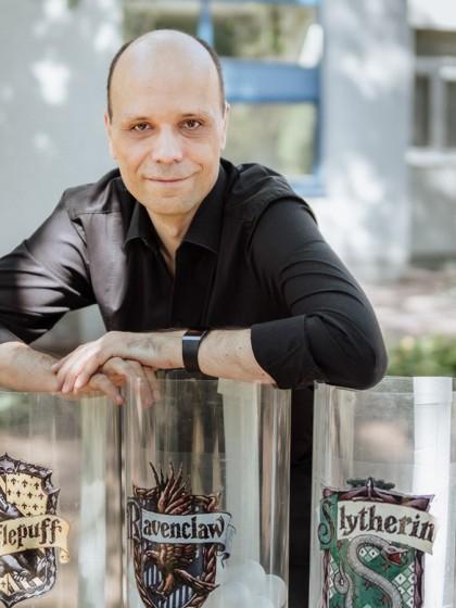 Michael Lenz forscht zum Thema Gamification. In seinen Seminaren verzaubert er die Studierenden mit Hilfe von Harry Potter & Co. Foto: Jan Reutelsterz