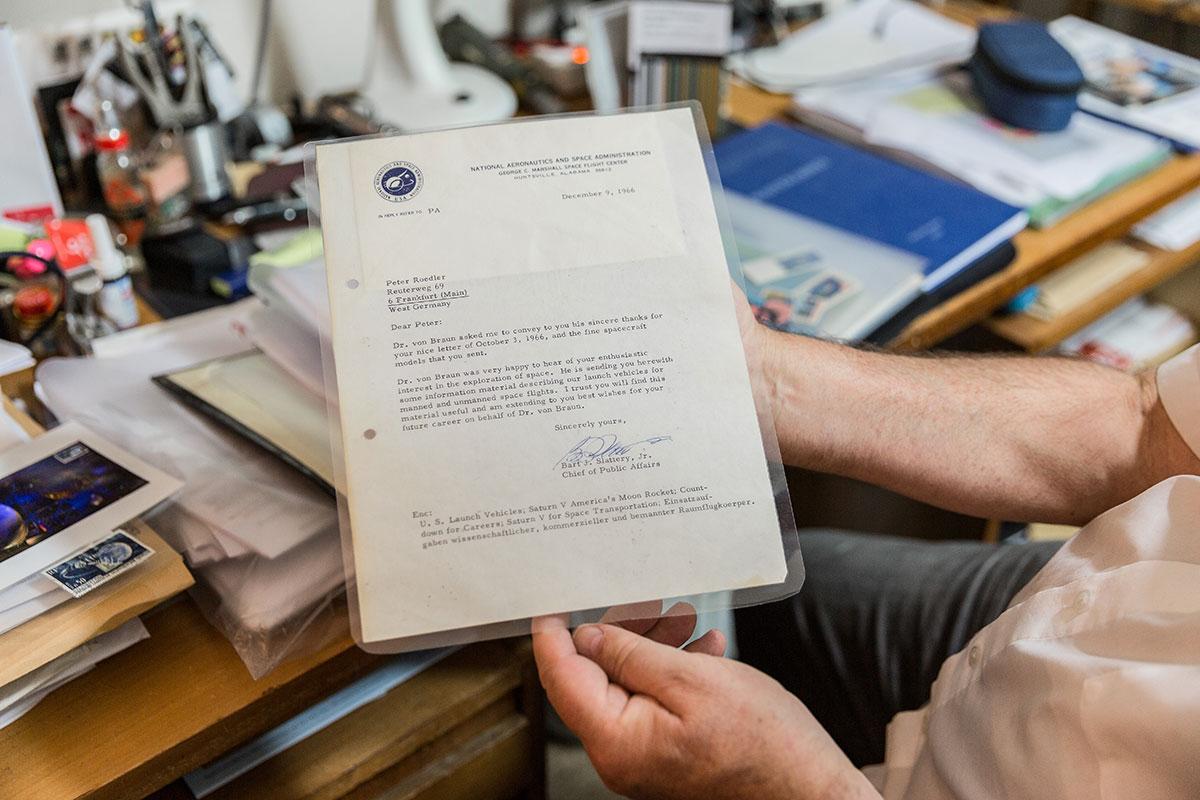 Der Brief der NASA hat einen Ehrenplatz im Arbeitszimmer. Foto: Teresa Schardt