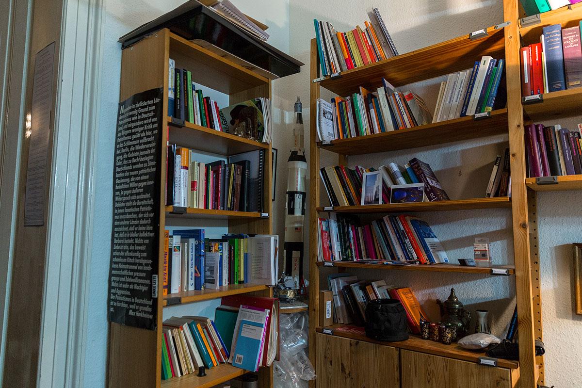 Die thematische Vielfalt in Professor Rödlers Bücherregal kennt keine Grenzen. Foto: Teresa Schardt