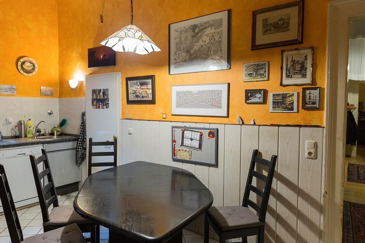Auch in der Küche hängen zahlreiche Erinnerungsstücke an der Wand. Foto: Teresa Schardt