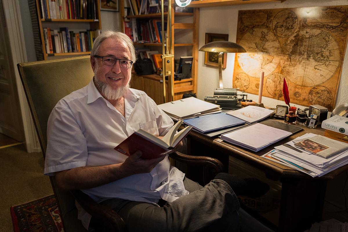 Peter Rödler ist Professor des Instituts für Pädagogik. An seinem Schreibtisch saßen vermutlich schon Adorno und die Gebrüder Grimm. Fotos: Teresa Schardt
