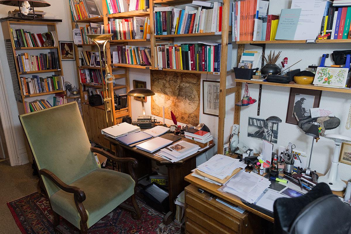 An Professor Rödlers Schreibtisch saßen schon einige berühmte Persönlichkeiten. Foto: Theresa Schardt