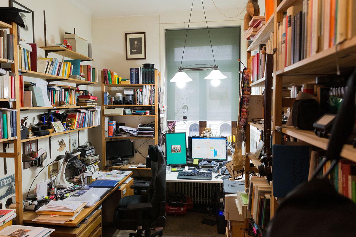 Das Arbeitszimmer verfügt noch über einen zweiten Schreibtisch mit Computer. Foto: Teresa Schardt