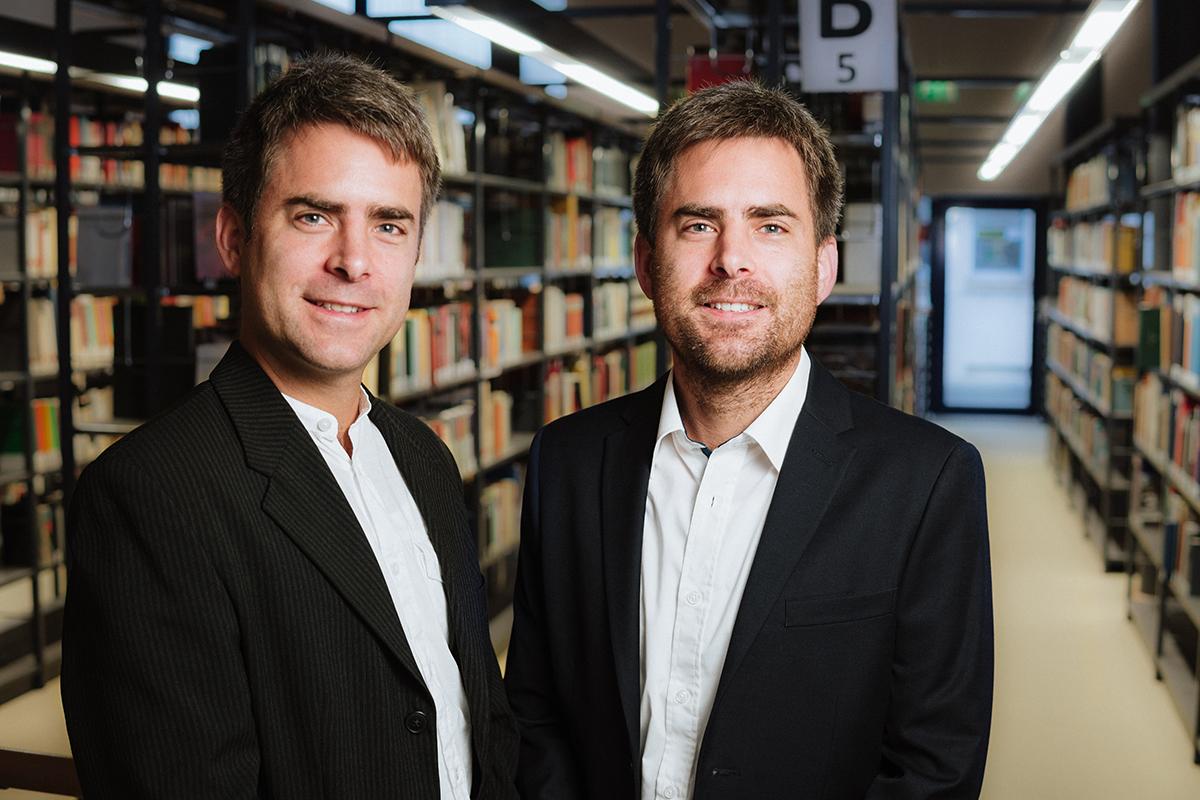 """Die Zwillingsbrüder Mathias und Wolfgang König sind wissenschaftliche Mitarbeiter und betreuen das Projekt """"Zeitung Lesen macht Azubis fit"""". Foto: Philipp Sittinger"""