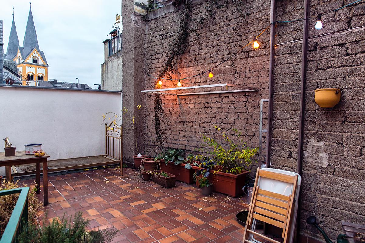 Auf der gemütlichen Terrasse wird auch manchmal gegrillt. Foto: Teresa Schardt