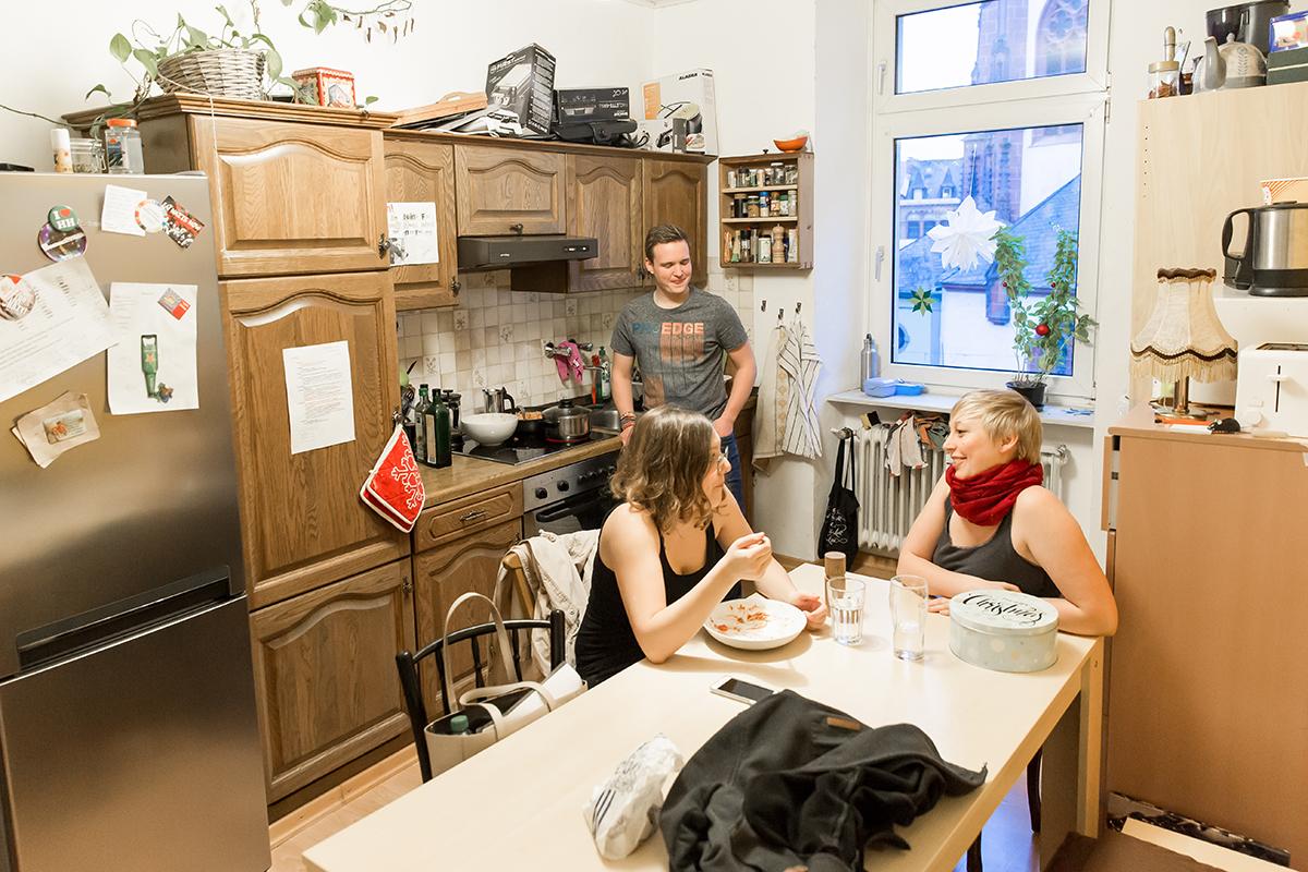 In der Küche treffen sich die Bewohner, um zu kochen und sich auszutauschen. Foto: Teresa Schardt