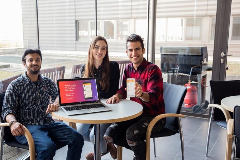 Abed Naseri und sein Team haben eine App entwickelt, die Studierenden aus Koblenz im Alltag helfen soll. Foto: Teresa Schardt