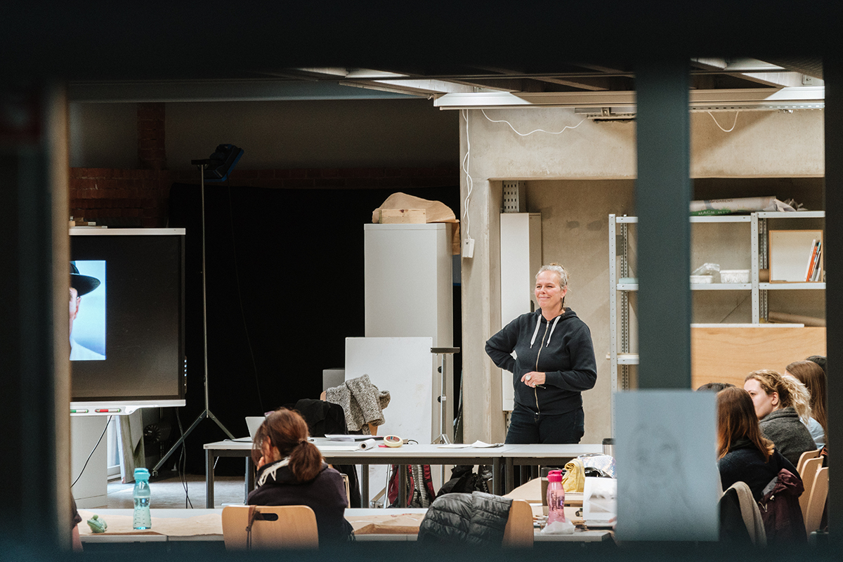Professorin Tina Stolt ist vor allem vom offenen Atelier begeistert. Foto: Philipp Sittinger
