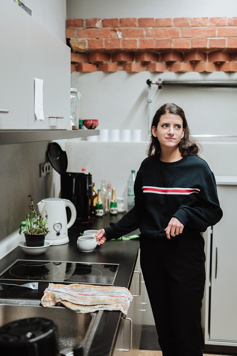 In den Pausen entspannt Kunststudentin Eva Korn gern in derhauseigenen Küche. Foto: Philipp Sittinger