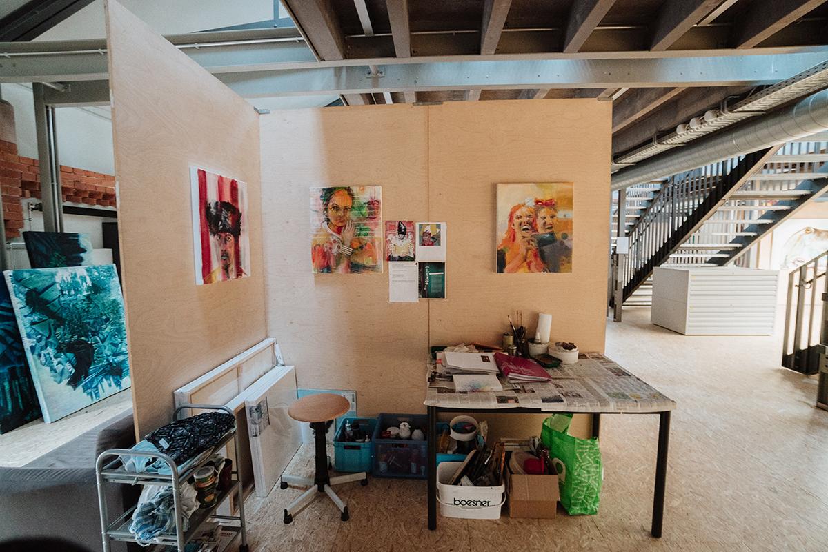 Je nachdem, wie häufig und wie lang gearbeitet wird, teilen sich zwei oder drei angehende Künstler einen Platz. Foto: Philipp Sittinger