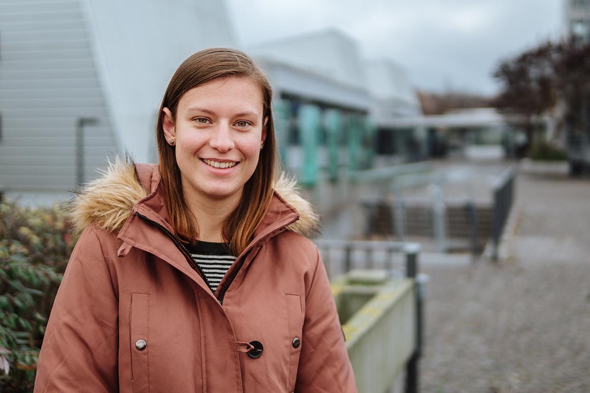 Kristin Haurand studiert im Zwei-Fach-Bachelor Naturschutzbiologie und Geographie. Sie schätzt vor allem die Entscheidungsfreiheit ihrer beiden Fächer. Foto: Philipp Sittinger