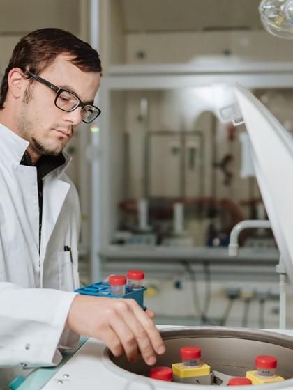 Der Diplom-Umweltwissenschaftler Maximilian Meyer forscht für seine Promotion zum Thema Plastikfolienanwendung in der Landwirtschaft. Foto: Philipp Sittinger