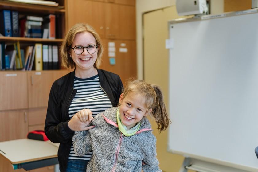 Hanna Riedel arbeitet neben ihrem Studium der Sonderpädagogik als Integrationshilfe an einer Förderschule der Caritas in Landau. Foto: Philipp Sittinger
