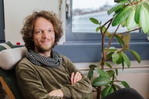 Gerhard Reese ist Professor für Umweltpsychologie und Leiter des Studiengangs Mensch und Umwelt. Sein Ziel ist es, die Welt zu einem besseren Ort zu machen. Foto: Philipp Sittinger
