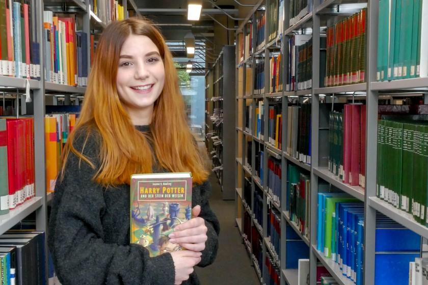 Esther Kerkhoff ist großer Fan von Harry Potter. Doch was macht einen Fan aus? Damit beschäftigte sich die Kulturwissenschaftlerin in ihrer Bachelorarbeit. Foto: Jan Reutelsterz