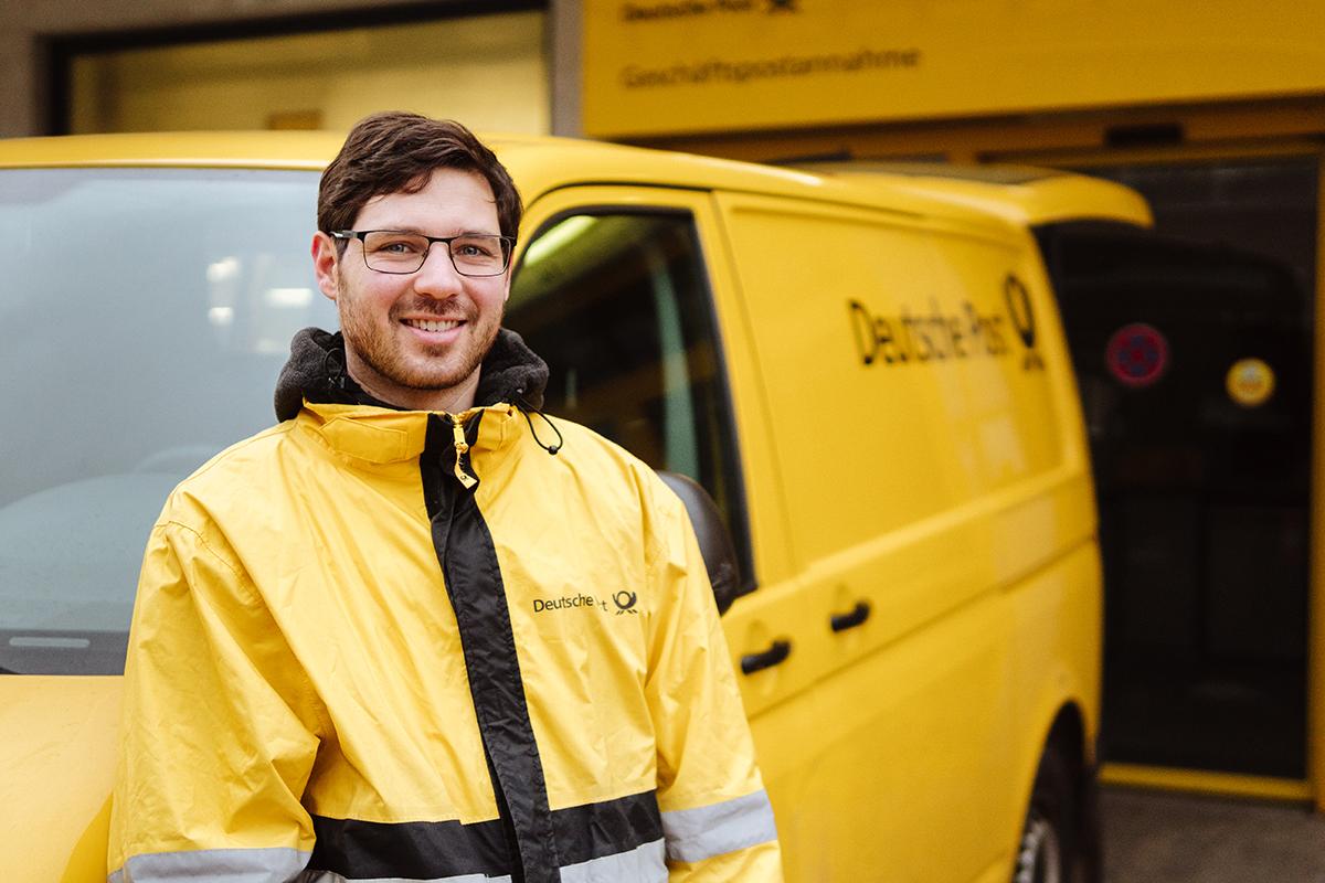 Tobias Rippen arbeitet bei der Deutschen Post als Zusteller. Neben dem Vorteil an der frischen Luft zu arbeiten, schätzt er vor allem die Kollegialität. Foto: Philipp Sittinger
