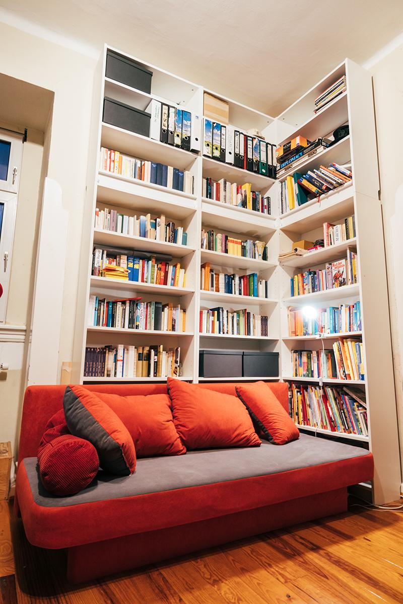 In der Ecke vorm Bücherregal liest Barkela regelmäßig seinen Kindern etwas vor. Foto: Philipp Sittinger