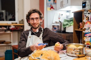 Berend Barkela ist Doktorand am Institut für Kommunikationspsychologie und Medienpädagogik in Landau. Wir haben ihn in seiner Wohnung besucht. Fotos: Philipp Sittinger