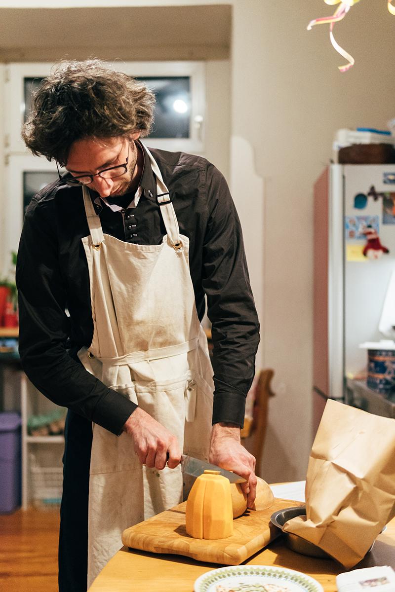 Kochen ist für Barkela ein entspannter Ausgleich zum manchmal stressigen Alltag. Foto: Philipp Sittinger