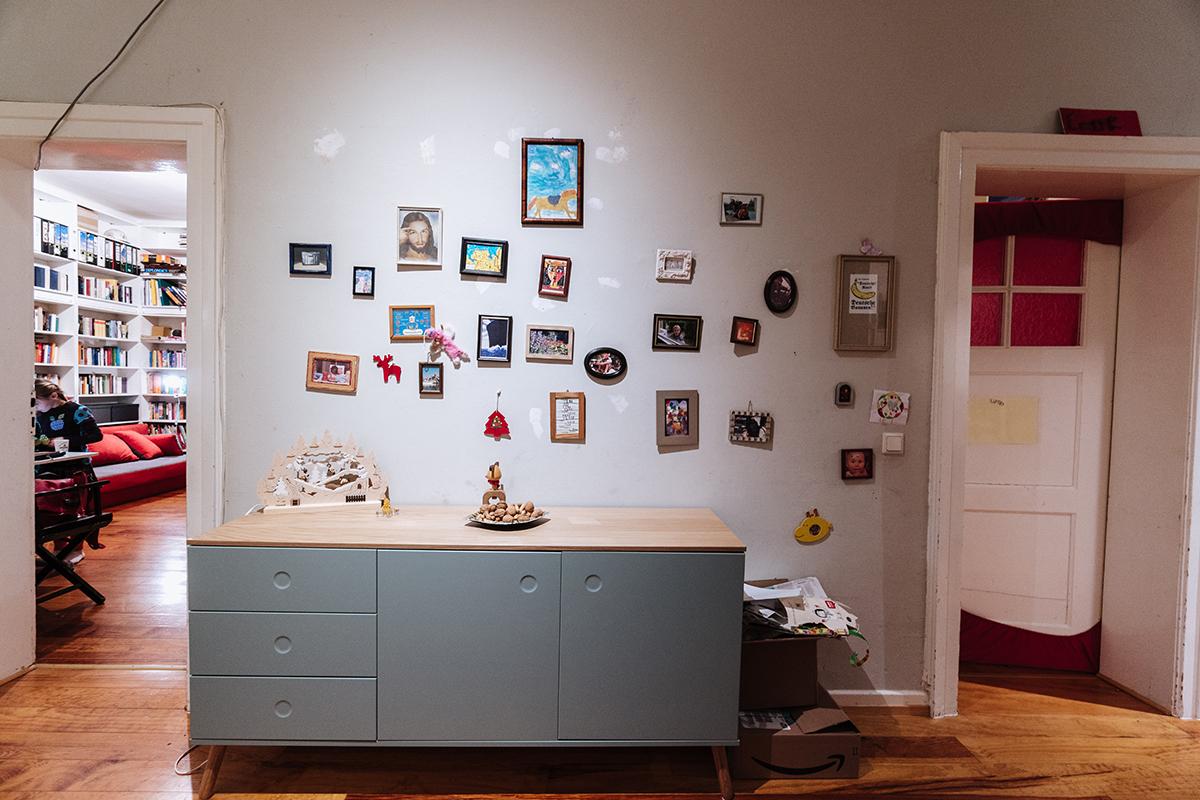 Im Flur der Wohnung stößt man zunächst auf viele Erinnerungsfotos. Foto: Philipp Sittinger