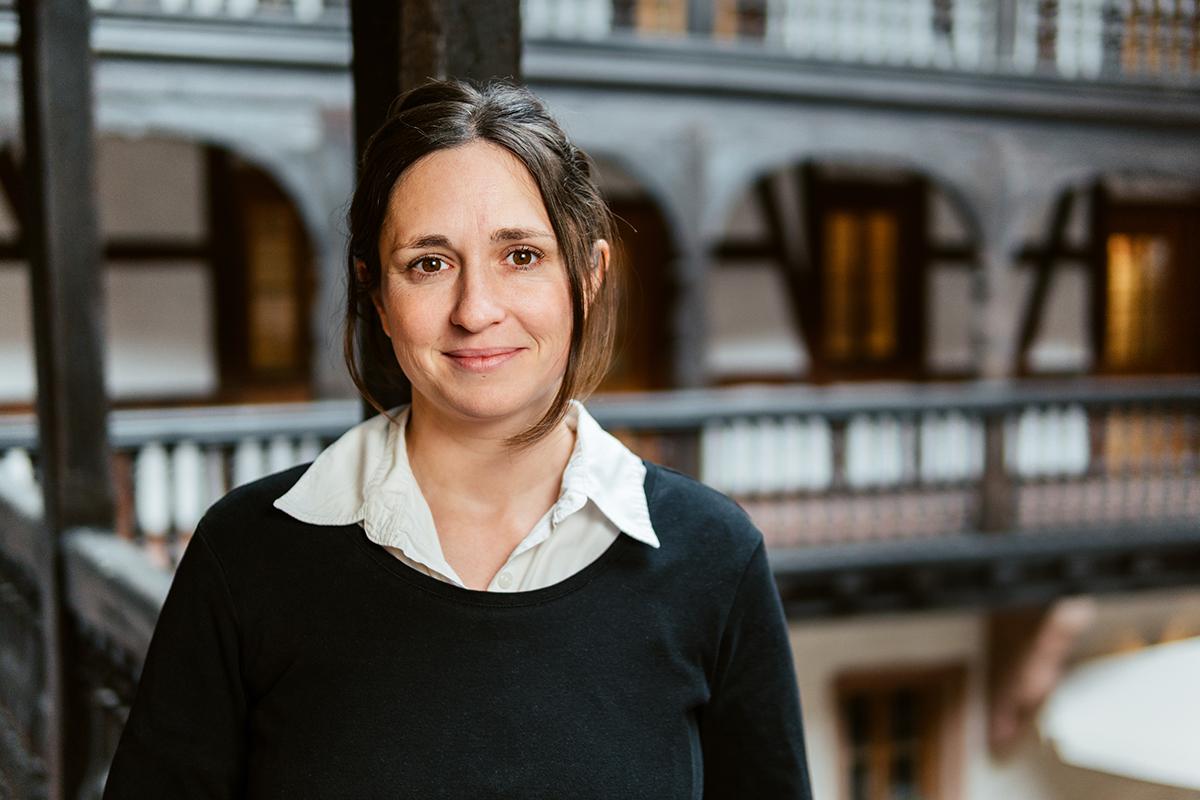 Dr. Nina Engwicht untersucht an der Friedensakademie im Rahmen der Friedens- und Konfliktforschung die illegalen Märkte ehemaliger Kriegsökonomien. Foto: Philipp Sittinger