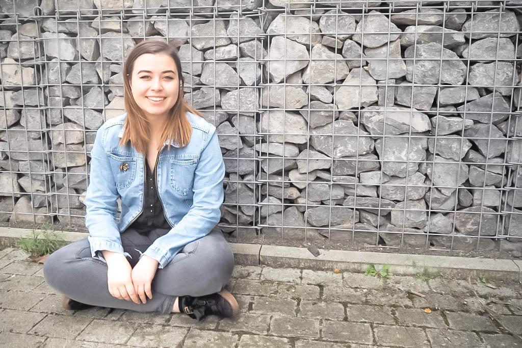Maria Bartella betreibt als Ausgleich zu ihrem Pädagogik-Studium Handlettering. Das kunstvolle Schreiben ist inzwischen mehr als ein Hobby. Foto: Emily Nolden