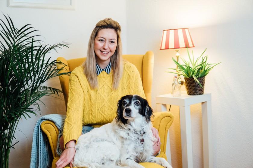 Kira Gail wohnt zusammen mit ihrem Hund und einem Mitbewohner in einer WG in Landau. Besonders stolz ist sie auf die vielen alten Möbel. Fotos: Philipp Sittinger