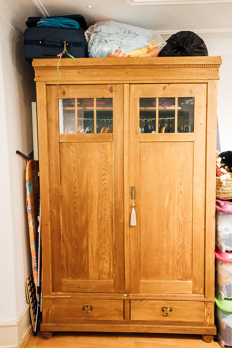Der Kleiderschrank der Großeltern ist einer der Hingucker in Gails Zimmer.