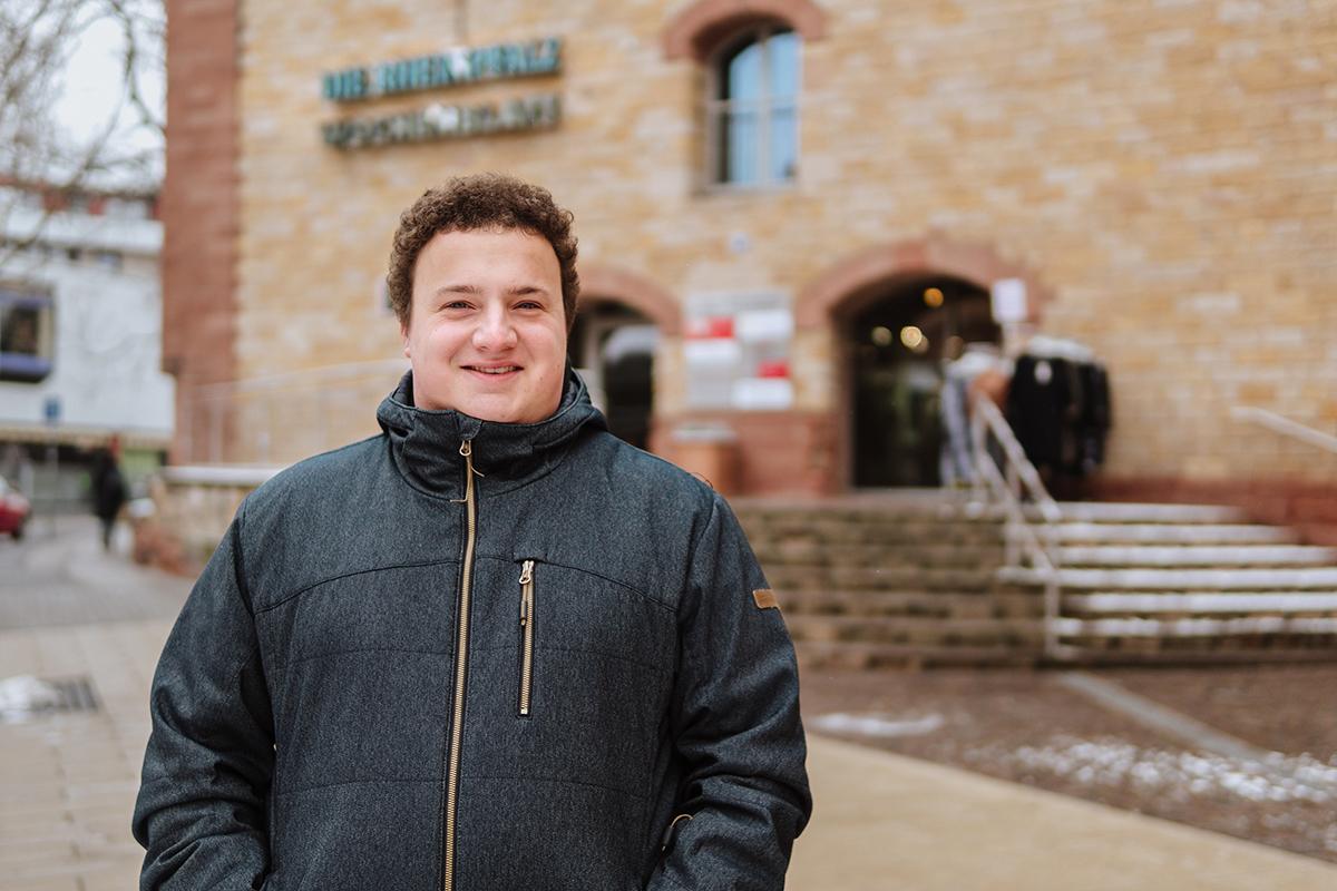 """Marvin Erlenwein arbeitet neben seinem Lehramtsstudium als freier Mitarbeiter bei der Tageszeitung """"Die Rheinpfalz"""". Sein Studium ist dabei nur Plan B. Foto: Philipp Sittinger"""