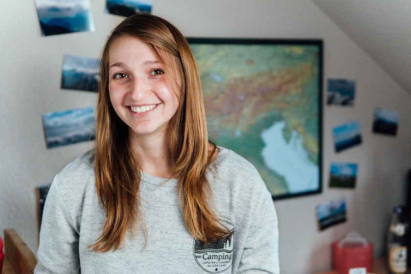 Rebecca Singer schwebt nicht nur durch ihr Studium der Sozial- und Kommunikationswissenschaften, sondern hebt auch mit ihrem Segelflieger regelmäßig ab. Foto: Philipp Sittinger