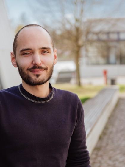 Christian Buchmann promovierte über die Wirkung von sogenannten Hydrogelen in Böden. In einem Folgeprojekt erforscht er diese nun genauer. Foto: Philipp Sittinger