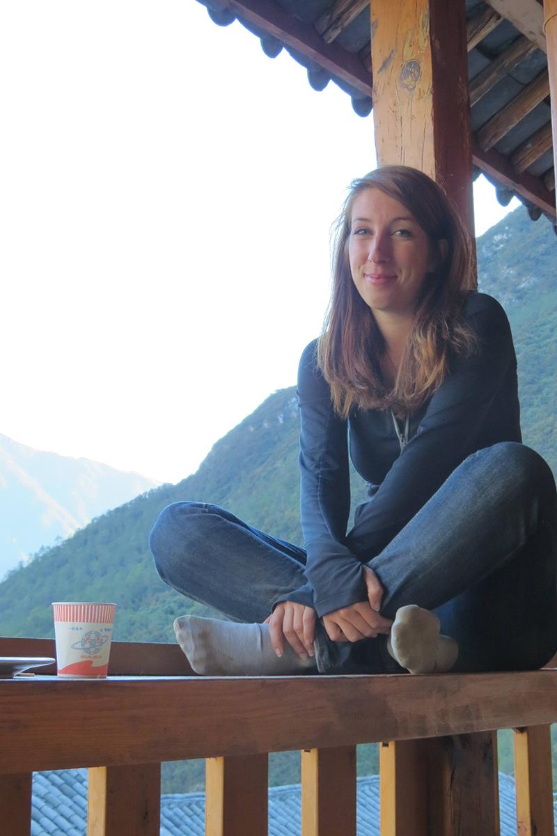 Anne Krächan genießt die Aussicht auf die tiefste Schlucht der Welt. Sie ist Teil des UNESCO Weltkulturerbe.
