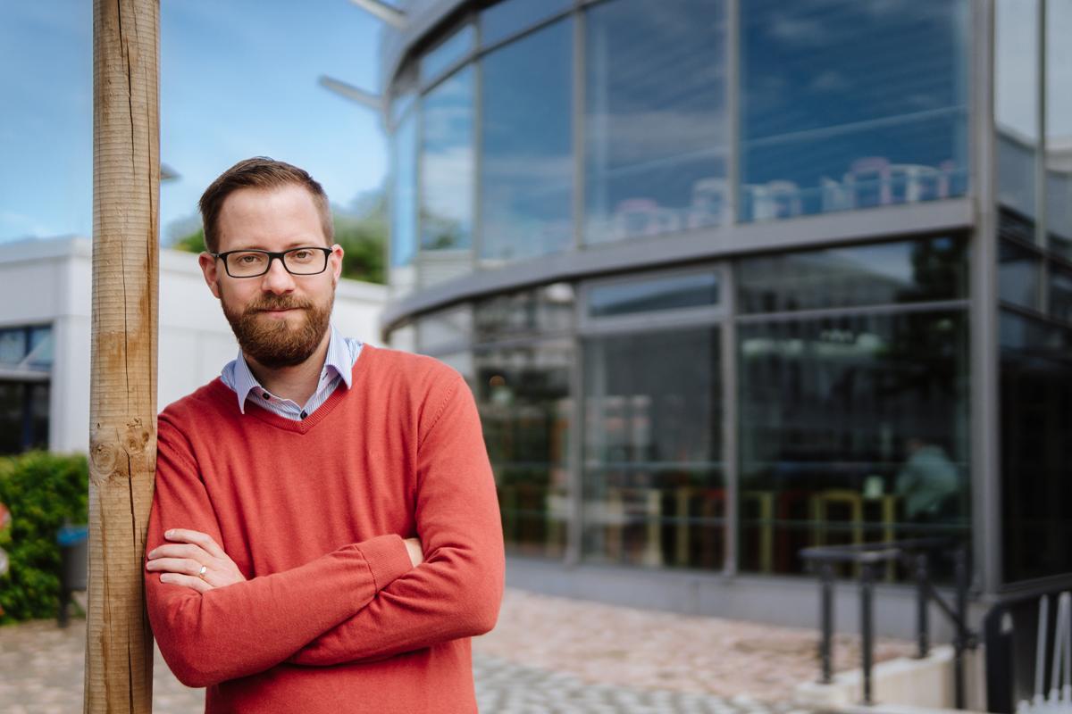 Andreas Dubiel ist Leiter der Hochschulgastronomie. Dabei verlässt er sich nicht auf gängige Konzepte, sondern versucht die Mensen stets weiterzuentwickeln. Foto: Philipp Sittinger