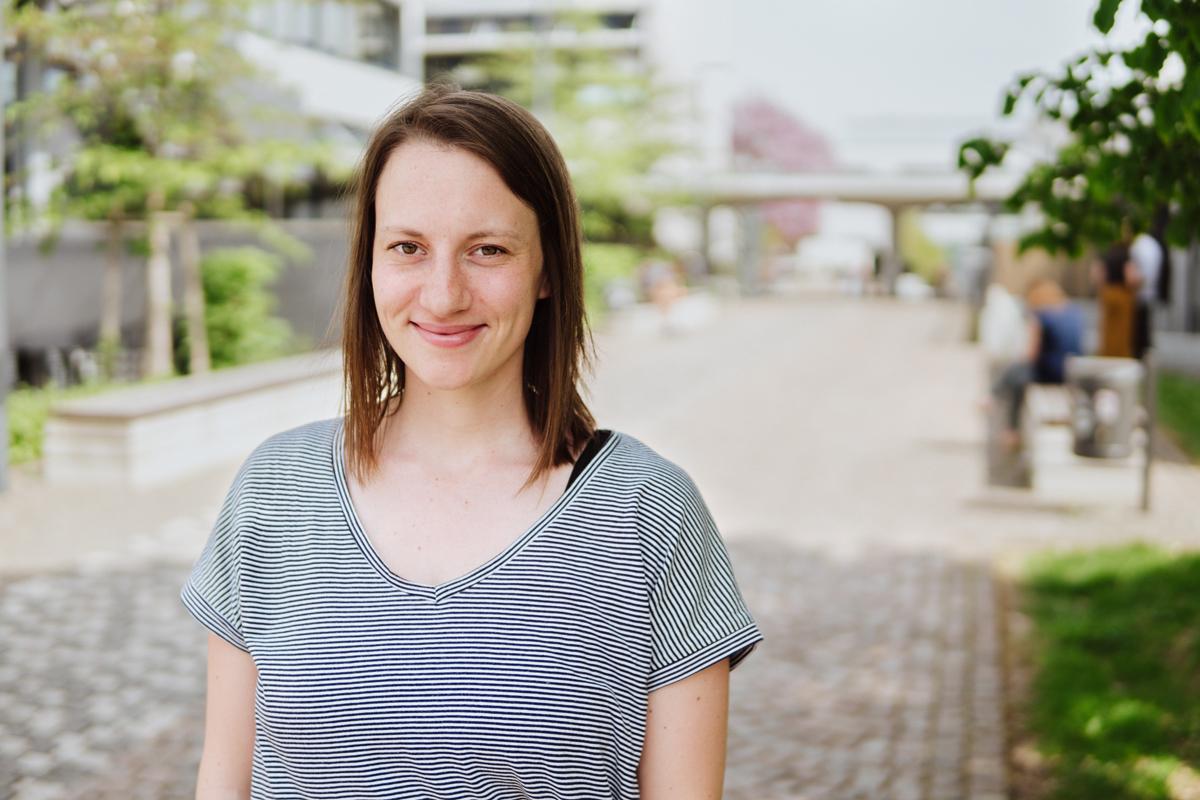 Jenny Stierwald arbeitet neben ihrem Studium der Sonderpädagogik als zahnmedizinische Fachangestellte in einer Zahnarztpraxis. Foto: Philipp Sittinger
