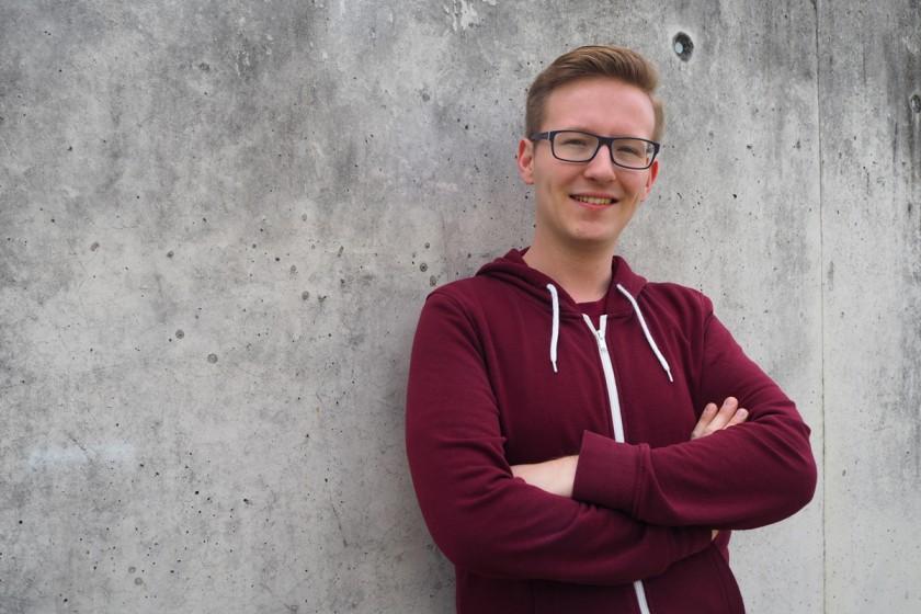 Aaron Görgen studiert nicht nur Informationsmanagement, sondern engagiert sich auch im AStA-Fachbereichsrat als Vertreter für die Themen Queer und Gleichstellung. Foto: Emily Nolden