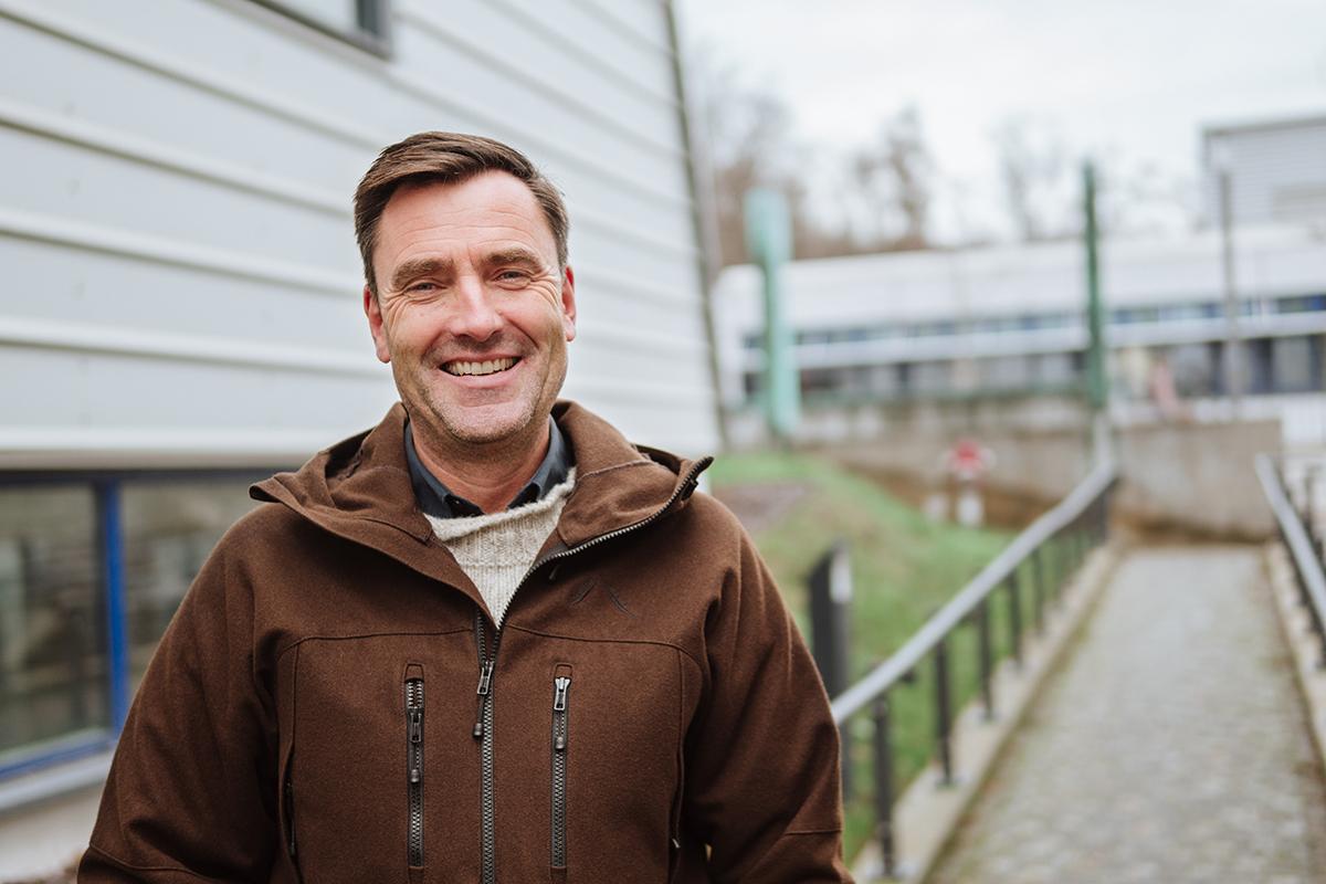 Carsten Brühl testet in seiner Arbeitsgruppe nicht nur die Auswirkung von Pestiziden, sondern versucht auch privat, die Umwelt zu entlasten - und fährt 20 Kilometer mit dem Rad zur Arbeit. Foto: Philipp Sittinger